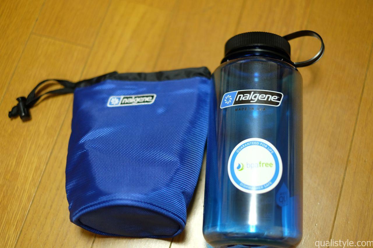 青は冷やした水を入れカバーで保冷し、水分補給用です。