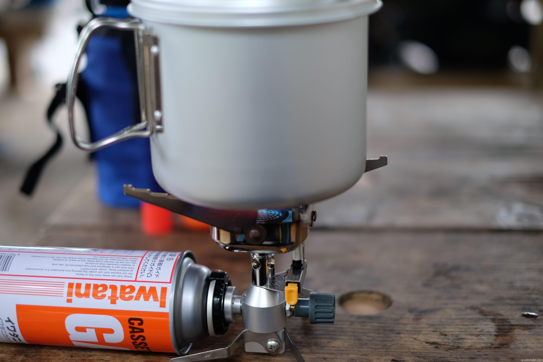 実戦投入。高尾山でラーメンを作った時の写真です。横にカセットガスを装着するので、低い位置でお湯を沸かせます。安定感があります。